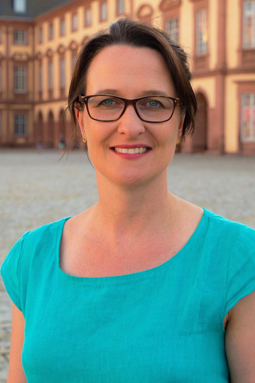 isabel Dehmelt im Schlosshof