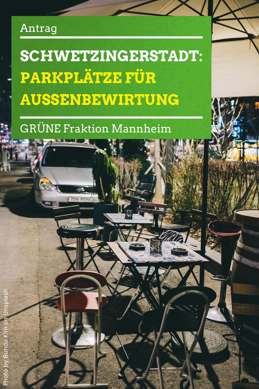 Außenbewirtung und parkendes Auto