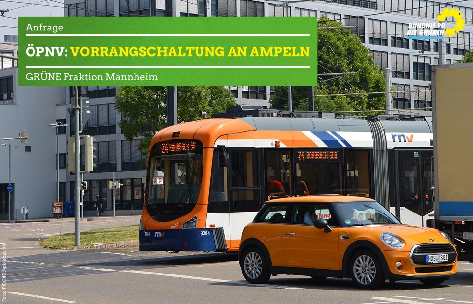Straßenbahn versucht auf von Autos teilweise zugestellte Kreuzung zu fahren