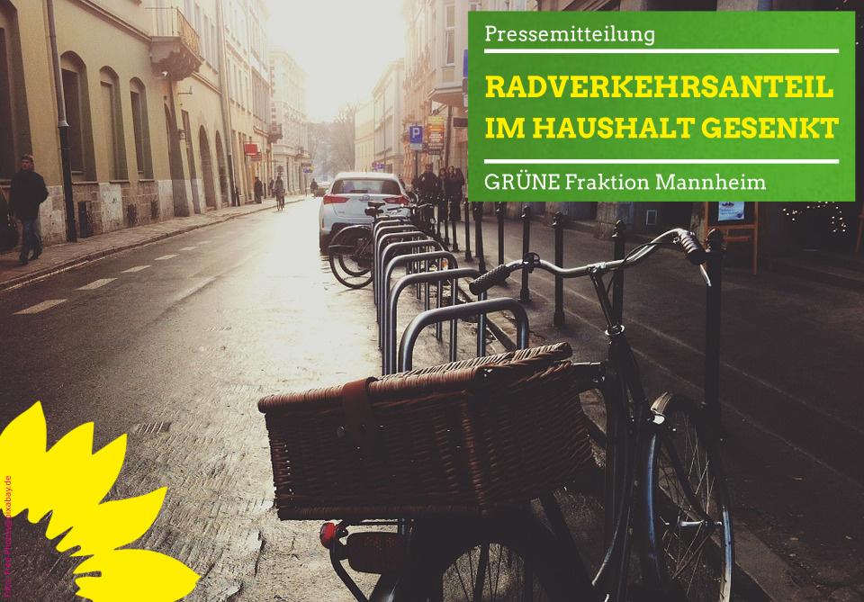 Fahrradständer und leere Straße