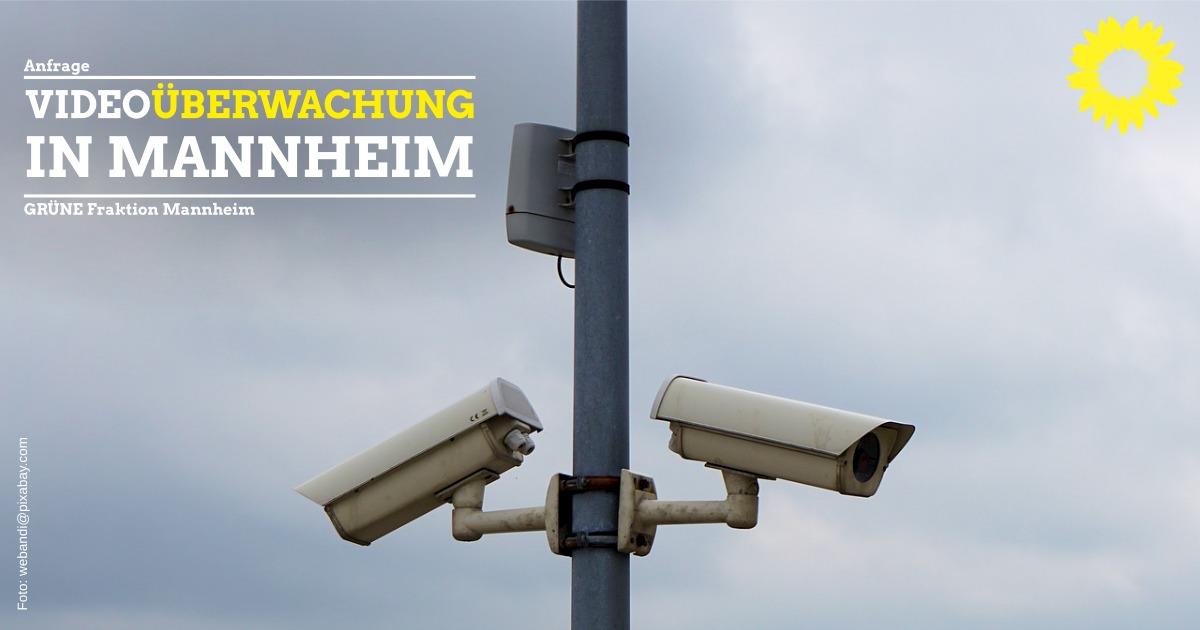 Zwei Überwachungskameras vor wolkigem Himmel